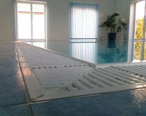 Eckdetail Hallenbad mit weißem Astral Flex Rost 195 mm